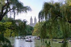 Fartyg på Central Park sjön med sikt av San Remo Arkivbild