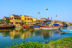 Fartyg på den Hoai floden Arkivbilder