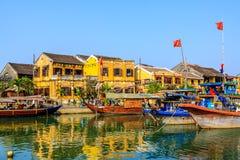 Fartyg på den Hoai floden Royaltyfri Bild