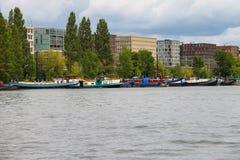 Fartyg på en kanal i Amsterdam Nederländerna Royaltyfria Bilder