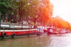 Fartyg på en kanal i Amsterdam Nederländerna Arkivbilder