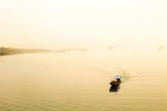 Fartyg på sjön på morgondimma Arkivfoto