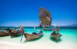 Fartyg på stranden på den Phuket ön, turist- dragning i Thaila Royaltyfri Bild