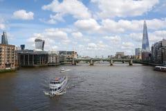 Fartyg seglar flodThemsen i London, England Arkivfoton