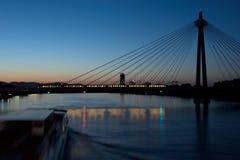 fartyg som är rörande på flod- och drevpasserande över bron, Wien Arkivfoto