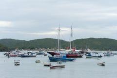 Fartyg som är stora, och litet förankrat på fjärden i Buzios, Rio de Janeiro, Brasilien Royaltyfri Bild