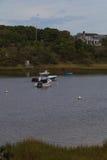 Fartyg som ankras i en pittoresk Cape Cod vattenväg Arkivbilder