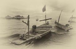 Fartyg som ansluter på strandremsan Arkivbild