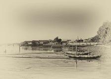 Fartyg som ansluter på strandremsan Arkivbilder