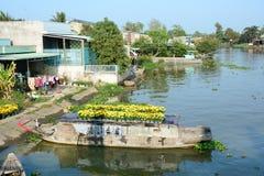Fartyg som bär blommor på Mekong River, Vietnam Fotografering för Bildbyråer