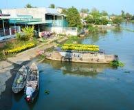 Fartyg som bär blommor på Mekong River, Vietnam Royaltyfria Foton