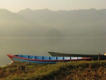 Fartyg som binds till kusten av Fewa sjön Arkivbilder