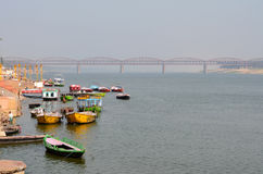 Fartyg som binds upp i Gangeset River i Varanasi, Indien arkivfoto
