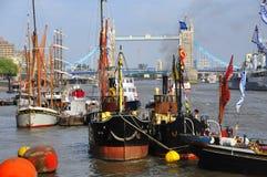 Fartyg som dekoreras med flaggor Arkivbilder