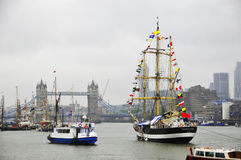 Fartyg som dekoreras med flaggor Royaltyfri Bild