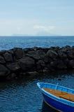 Fartyg som förbiser ön av Capri på Naples, Italien Arkivbild