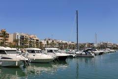 Fartyg som förtöjas i den Alcudia hamnen Royaltyfria Bilder