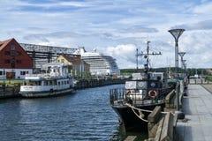 Fartyg som förtöjas i flodport Royaltyfri Foto