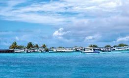 Fartyg som förtöjas på den manliga hamnen, Maldive ö på en solig blå clou Arkivbilder