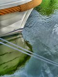 Fartyg som förtöjas på en pir fotografering för bildbyråer