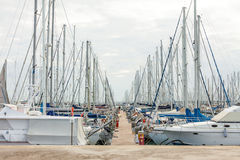 Fartyg som förtöjas på porten Royaltyfri Foto