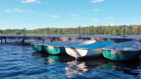 Fartyg som förtöjas på sjön arkivfilmer
