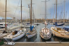 Fartyg som förtöjer på porten Royaltyfria Bilder