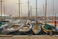 Fartyg som förtöjer på porten Royaltyfri Foto