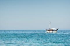 fartyg som fiskar det gammala havet Arkivfoton