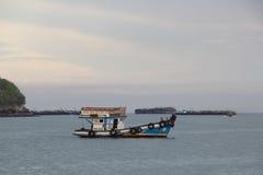 fartyg som fiskar det gammala havet Royaltyfri Foto