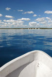 fartyg som fiskar främre vatten arkivbild