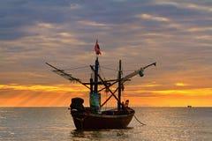 fartyg som fiskar havet Royaltyfria Foton