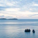 fartyg som fiskar havet Royaltyfria Bilder