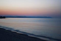 fartyg som fiskar havsseagullskyen, soars soluppgången Royaltyfri Bild