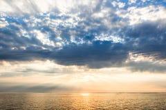 fartyg som fiskar havsseagullskyen, soars soluppgången Royaltyfria Bilder