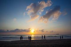 fartyg som fiskar havsseagullskyen, soars soluppgången Arkivfoton