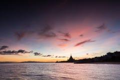 fartyg som fiskar havsseagullskyen, soars soluppgången Royaltyfri Fotografi
