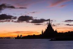 fartyg som fiskar havsseagullskyen, soars soluppgången Fotografering för Bildbyråer