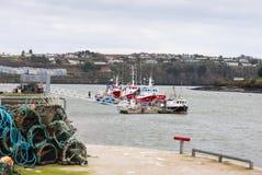 fartyg som fiskar hummerblockeringar Arkivbild