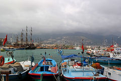 Fartyg som fiskar i hamnen av Alanya Arkivbilder