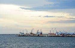 fartyg som fiskar port Arkivfoton