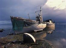 fartyg som fiskar stormen Arkivbild