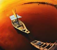 Fartyg som framtill ansluter av trappan av pir Royaltyfri Fotografi