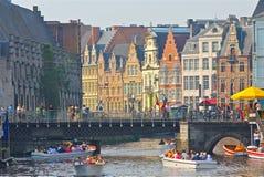 Fartyg som fylls med den korsmönstrade Ghent för turister floden royaltyfri fotografi
