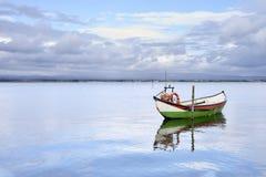 Fartyg som hängs i mitt av honom sjö fotografering för bildbyråer