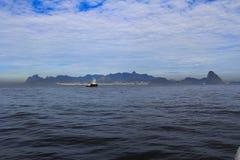 Fartyg som kommer till Rio de Janeiro, och skönheten av Rio de Janeiro royaltyfri bild