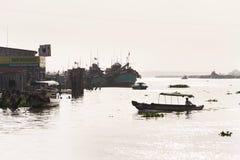 Fartyg som korsar Mekong River i min Tho, Vietnam Royaltyfri Foto