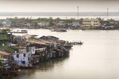 Fartyg som korsar Mekong River i min Tho, Vietnam Fotografering för Bildbyråer