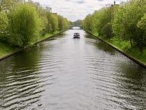 Fartyg som kryssar omkring ner en kanal eller en vattenväg Arkivbilder