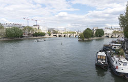 Fartyg som kryssar omkring Seinet River i Paris Royaltyfri Bild